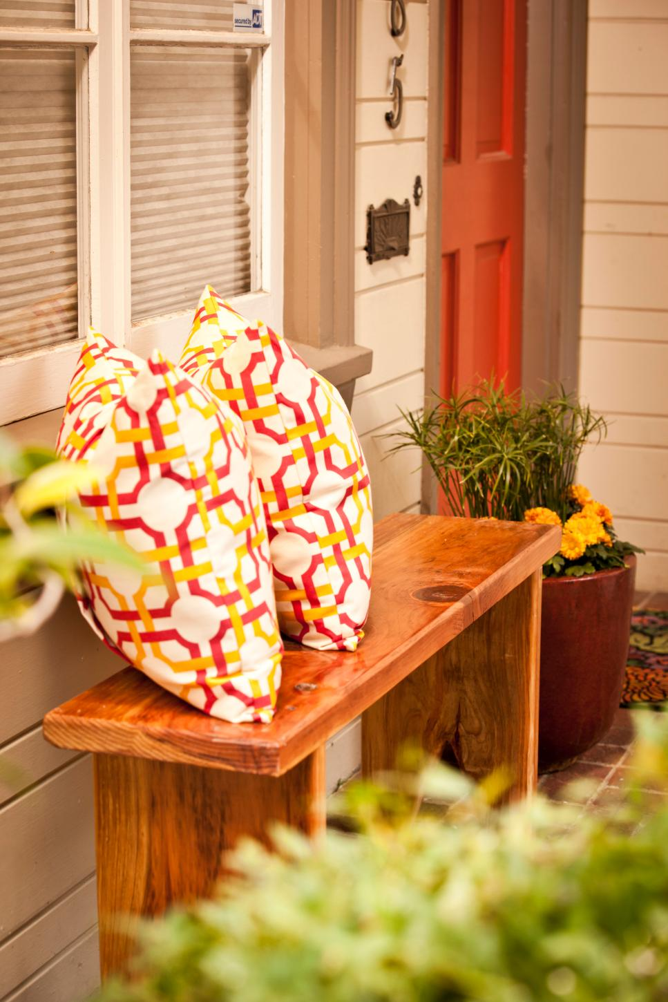 Curb appeal ideas inviting outdoor living spaces hgtv for Outdoor furniture for small front porch