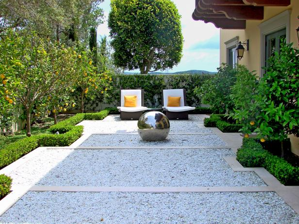 15 innovative designs for courtyard gardens hgtv for Courtyard garden ideas