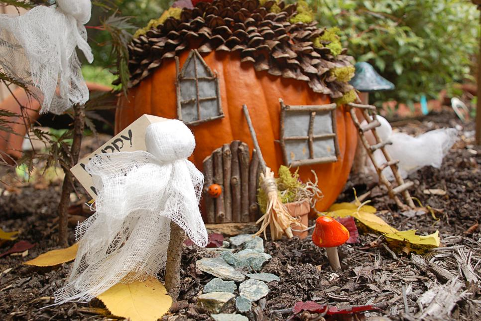 Make a halloween fairy house hgtv - Deco halloween exterieur ...