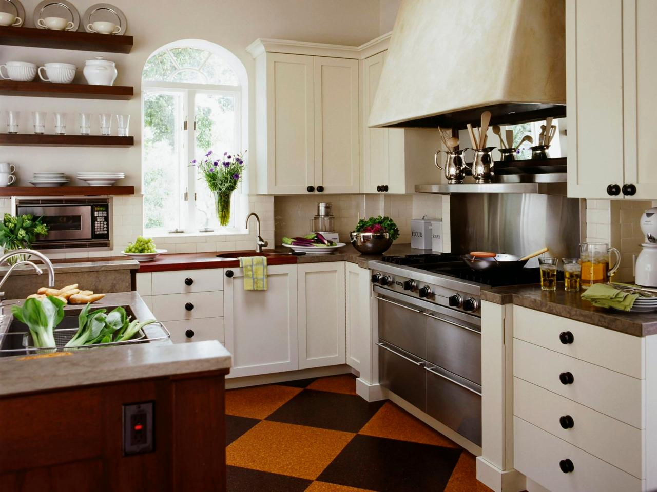 Cottage kitchens hgtv for Country kitchen floor ideas