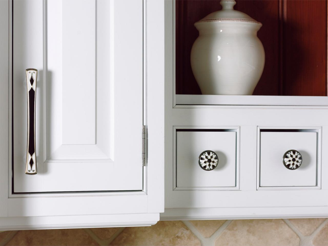 Kitchen cabinet pulls pictures options tips ideas hgtv for 4 kitchen cabinet pulls