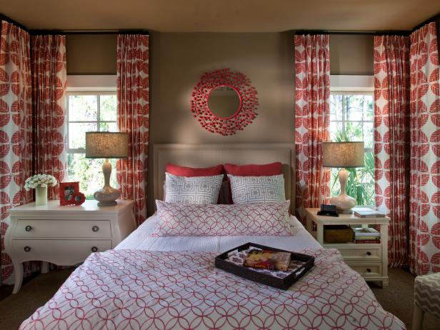 guest room with bright coral drapes - Ideas For Master Bedrooms
