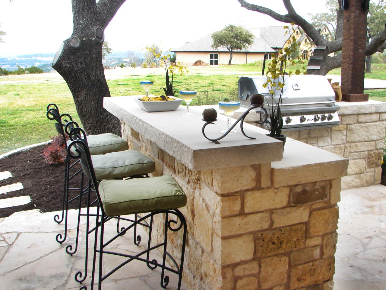 Outdoor kitchen bar ideas pictures tips expert advice for Diy outdoor bar top