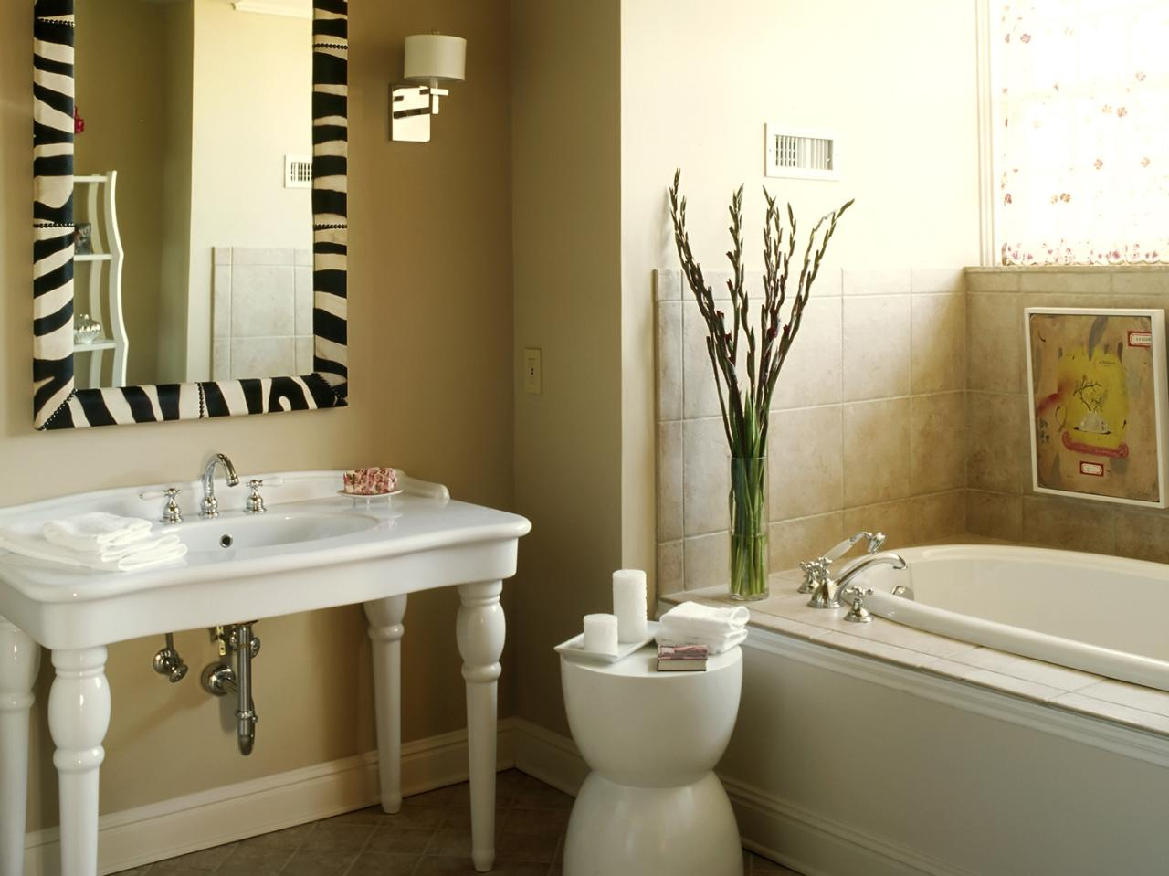 Victorian bathroom design ideas pictures tips from hgtv for Hgtv small bathroom design ideas