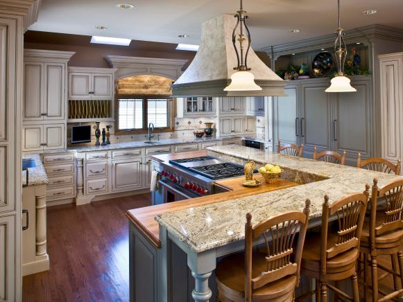 Traditional Kitchen With L-Shaped Island