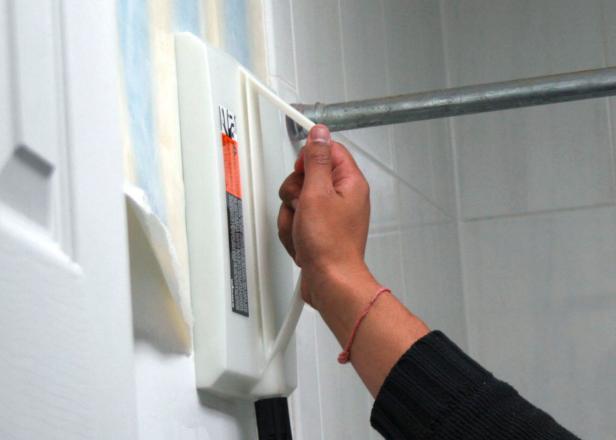 HDSWT504_bathroom_removing_wallpaper_steamer