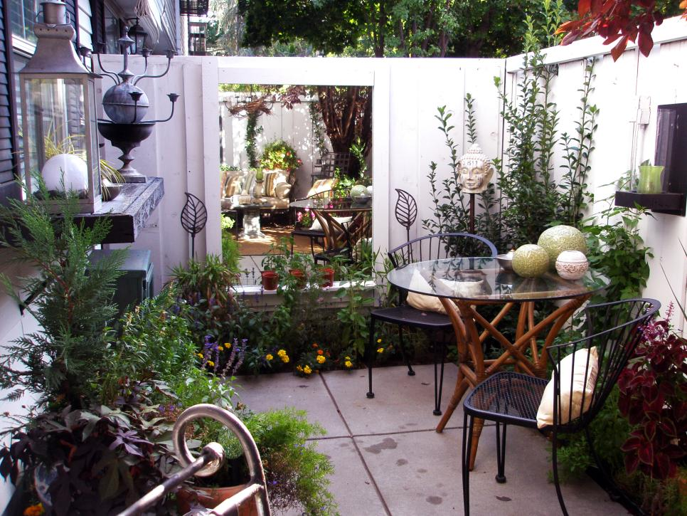 Cozy intimate courtyards hgtv for Exterior house design for small spaces