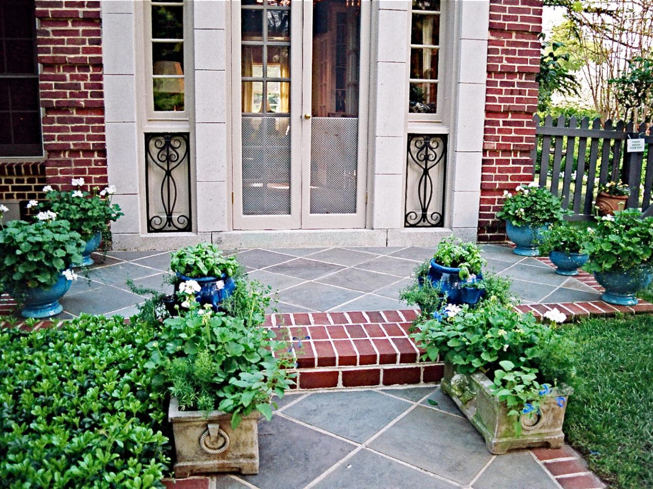 Lush landscaping ideas for your front yard landscaping for Front garden ideas
