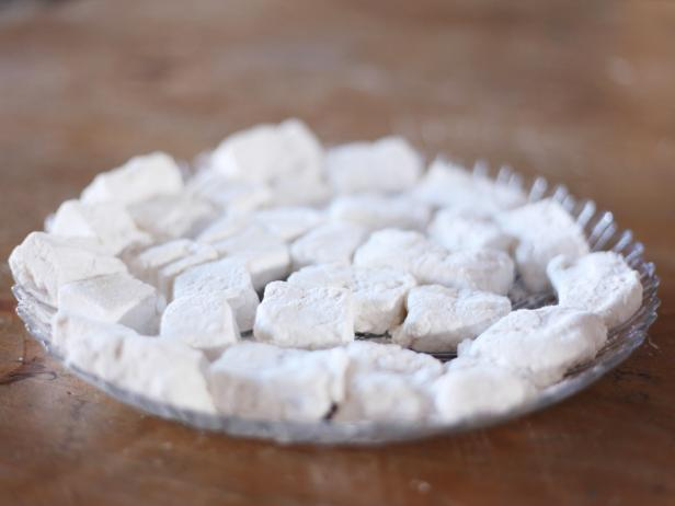 Gather the following ingredients and supplies to make this homemade marshmallow recipe: 1/4 cup cornstarch,1/3 cup confectioners' sugar, envelope unflavored gelatin, 1/3 cup water, 2/3 cup granulated sugar, 1/2 cup light corn syrup, pinch of salt, 1 tsp vanilla, electric mixer and hand sifter.