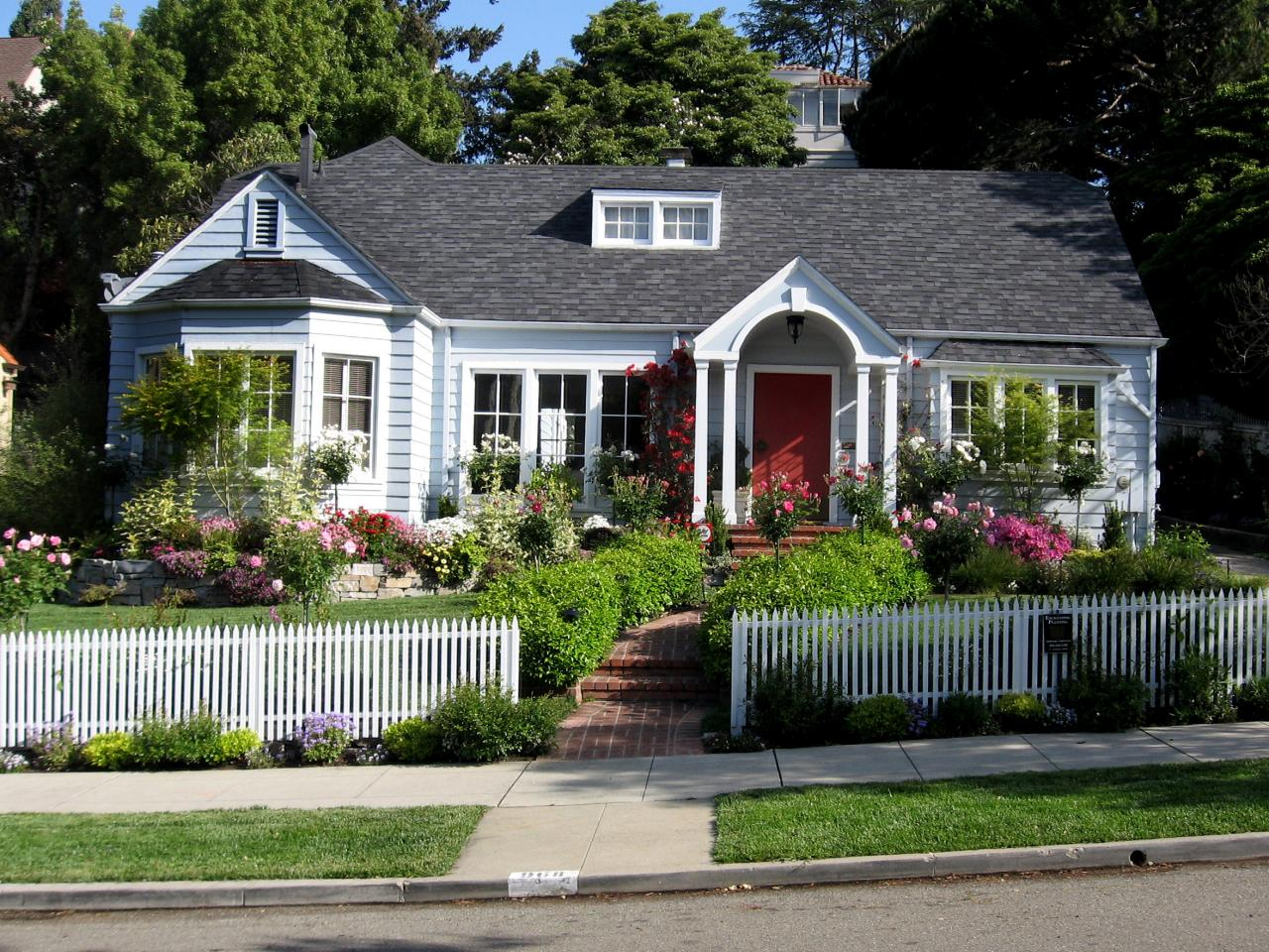 Landscaping tips that can help sell your home hgtv for Front lawn design