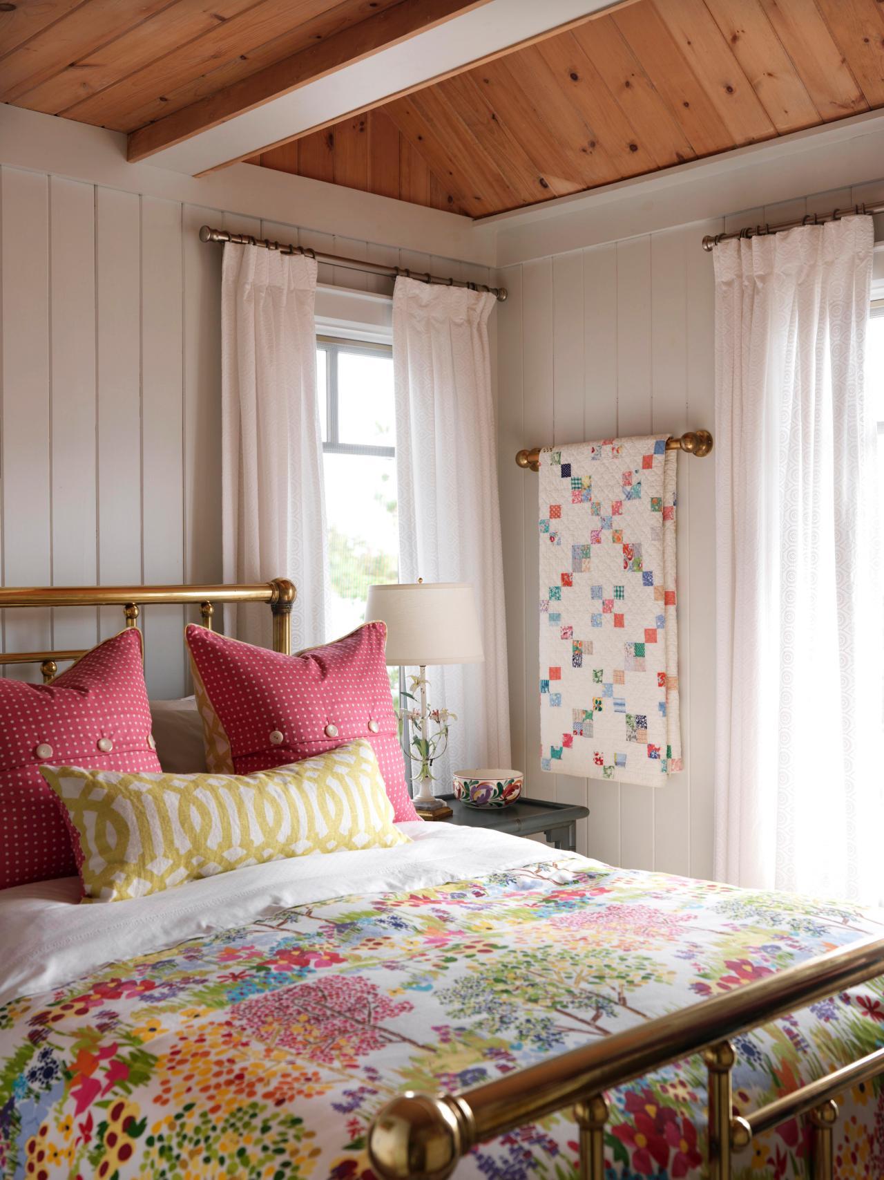 hssuh102 cottage bedroom brass bed and quilt