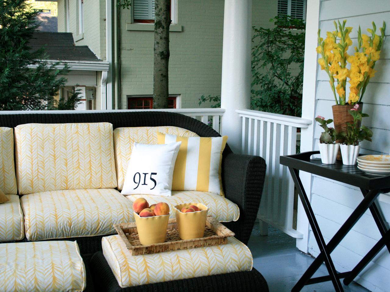 Photo page hgtv for Outdoor furniture for small front porch