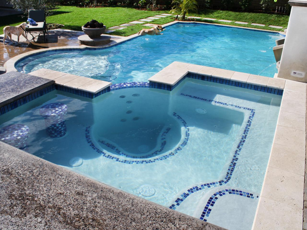 Photo page hgtv for Swimming pool spa designs