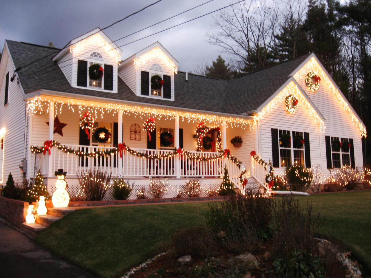 Stunning outdoor christmas displays interior design for Exterior home christmas decorations