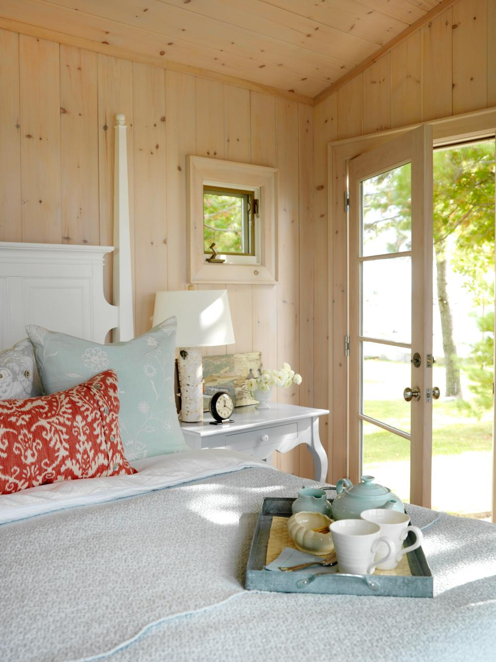 Cottage decorating ideas hgtv for Bedroom decor styles