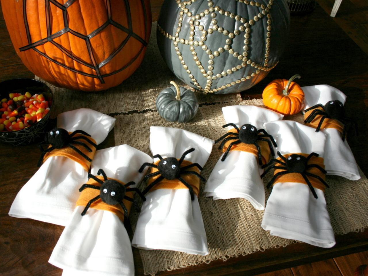 How to make spider napkin rings hgtv Diy halloween party decorations