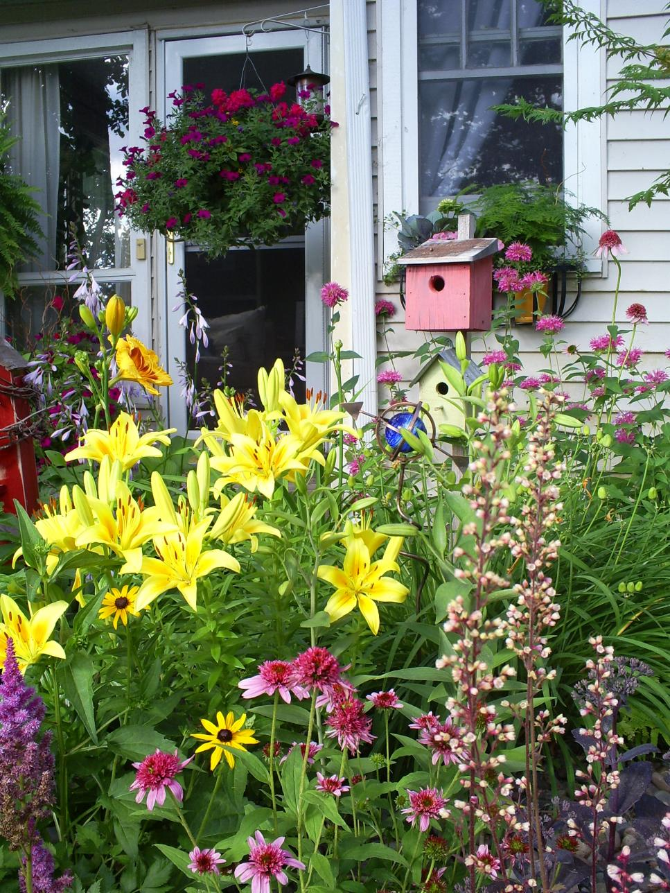 Cottage garden designs we love hgtv for Cottage garden plans designs