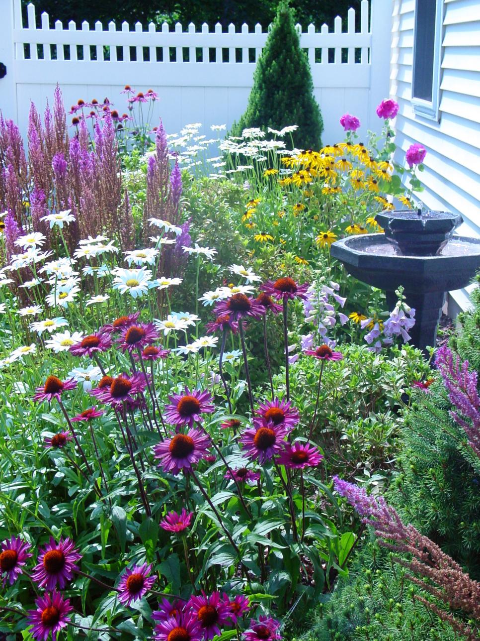 Cottage garden designs we love hgtv for Cottage garden design