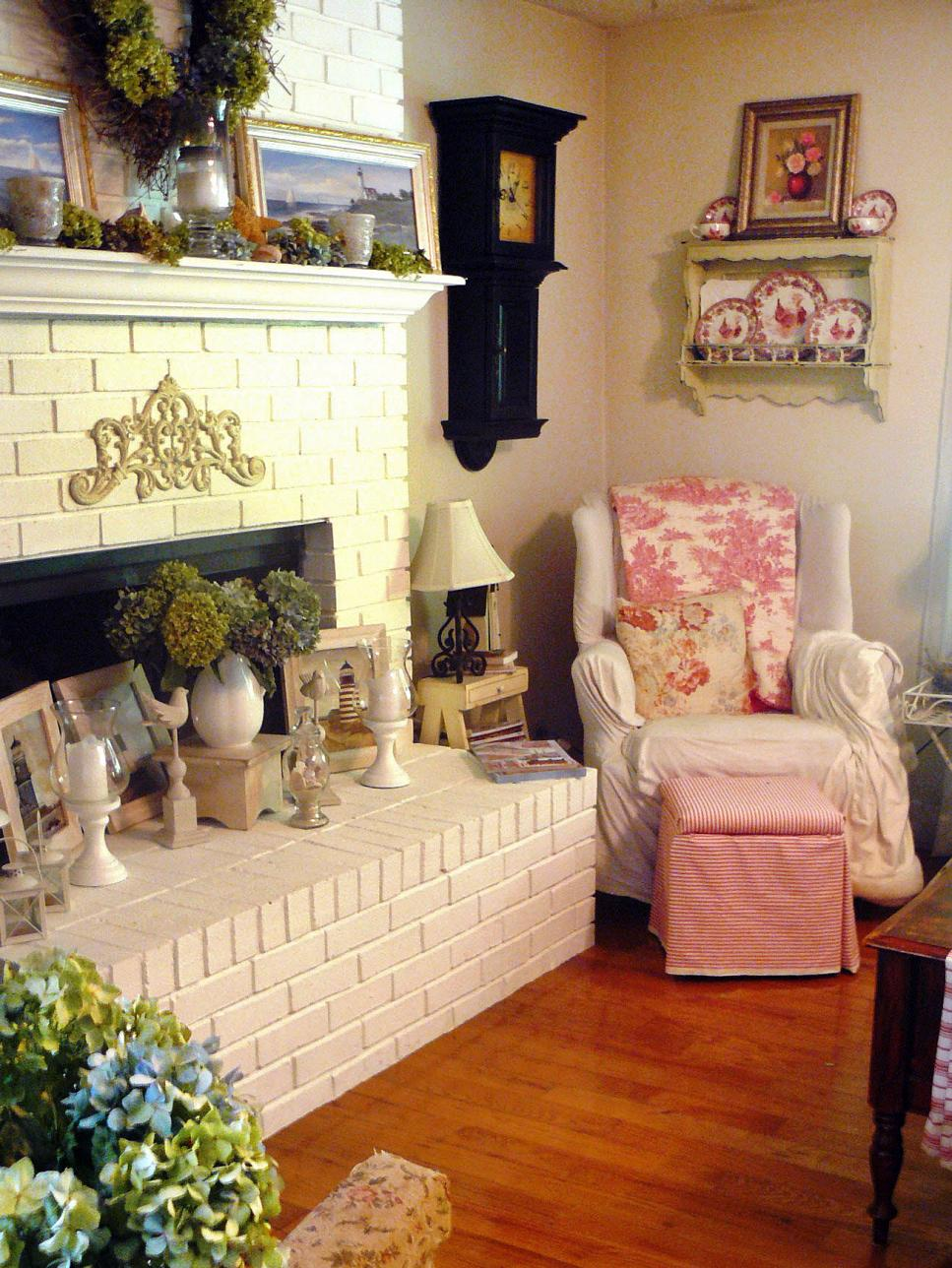 Shabby chic living rooms hgtv for Trendy living room decor