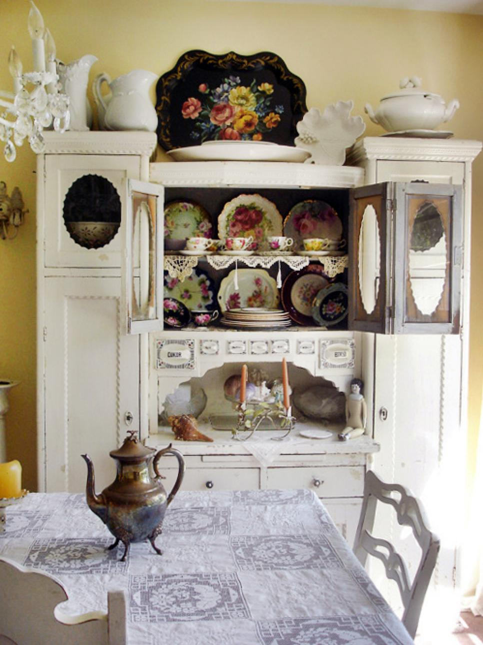 Shabby chic decor hgtv for Dining room decor accessories