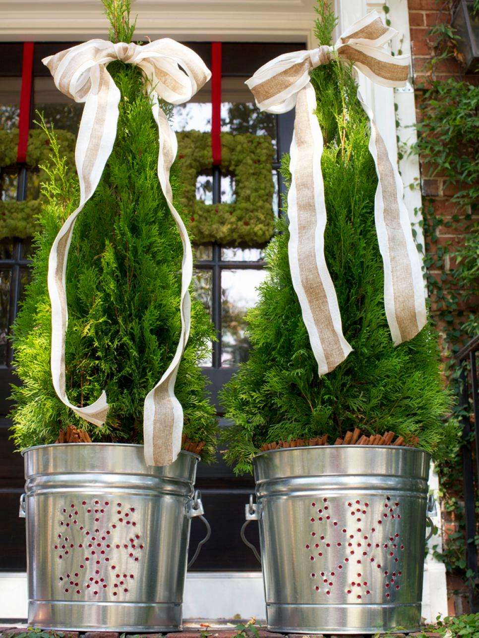 19 outdoor christmas decorating ideas hgtv for Idea deco guijarro exterior