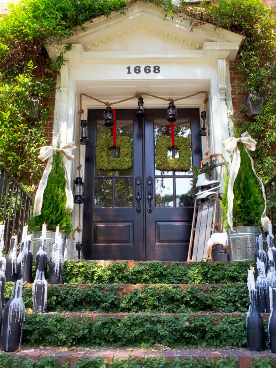 19 outdoor christmas decorating ideas hgtv for Front yard decorating ideas