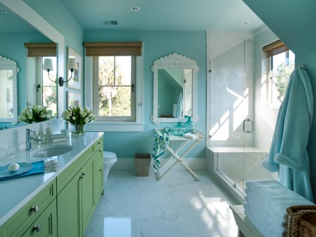 coastal kid's bathroom with soothing coastal colors