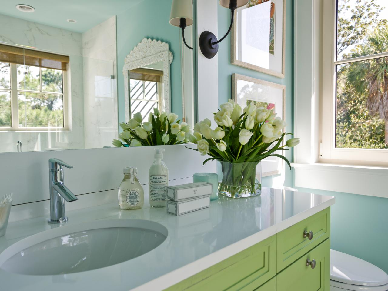 Small bathroom decorating ideas hgtv for Bathroom decorating tips