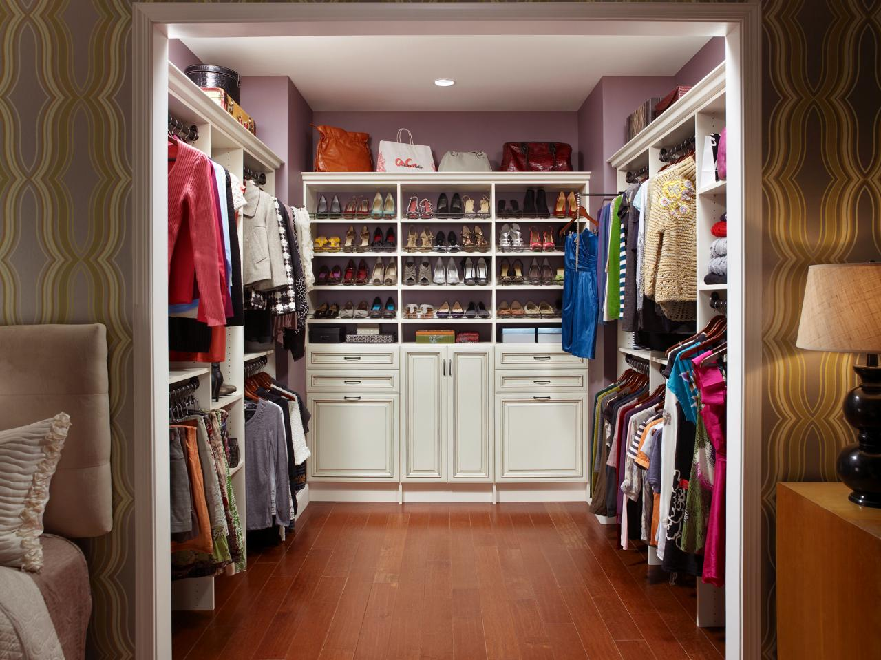 Make your closet look like a chic boutique bedrooms for Walk in closet remodel
