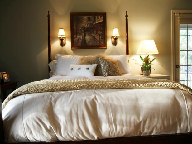 Classic Bedroom With Four-Post Bed, White Bedding and Sconce Lights
