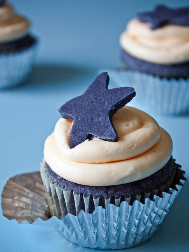 Original_Heather-Baird-SprinkleBakes-blue-velvet-cupcake-beauty1_s3x4