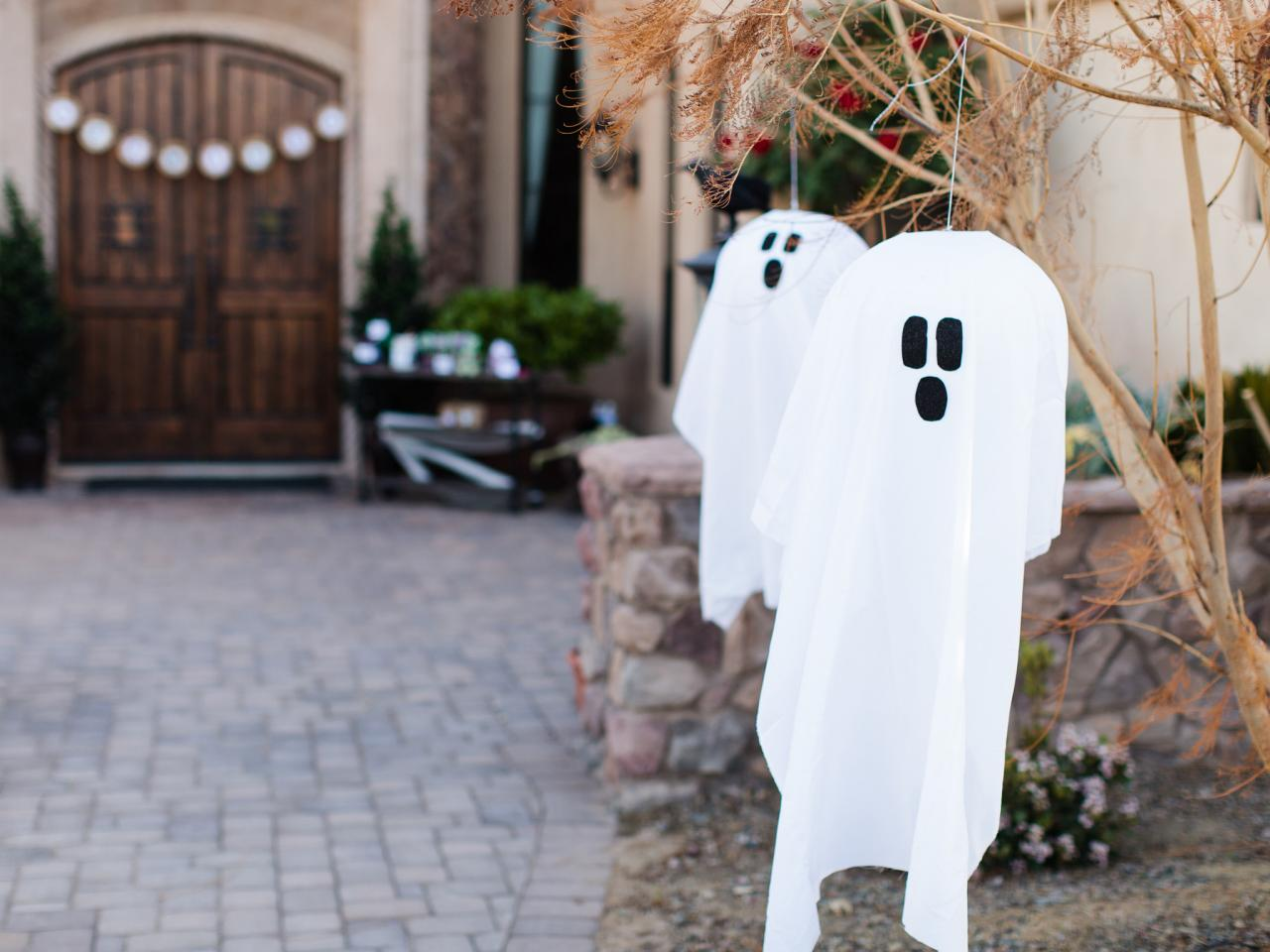 outdoor halloween decoration hanging ghosts