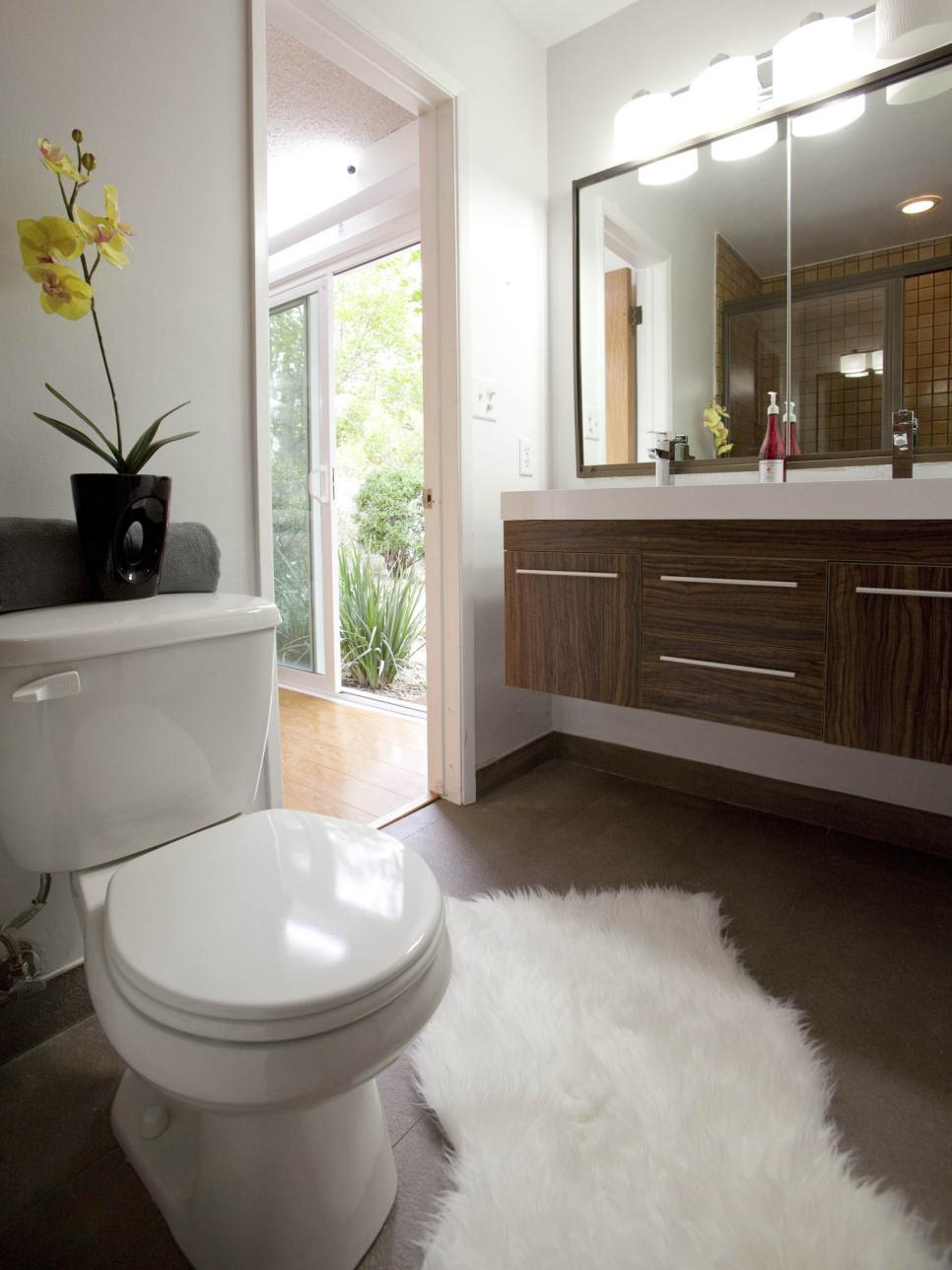 20 small bathroom before and afters hgtv for Hgtv small bathroom design ideas
