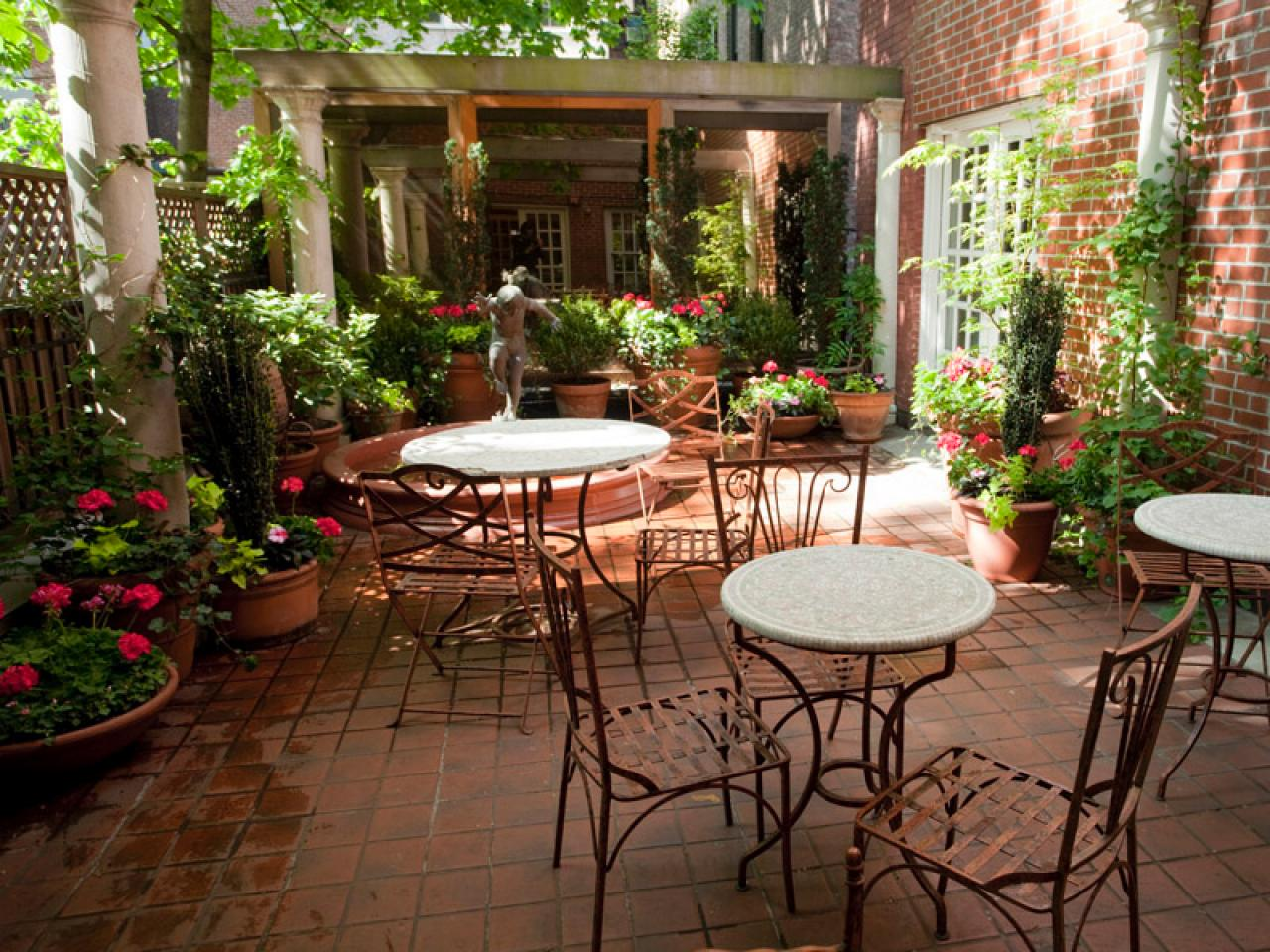 Mediterranean garden patio amber freda hgtv - Patio de luces decoracion ...