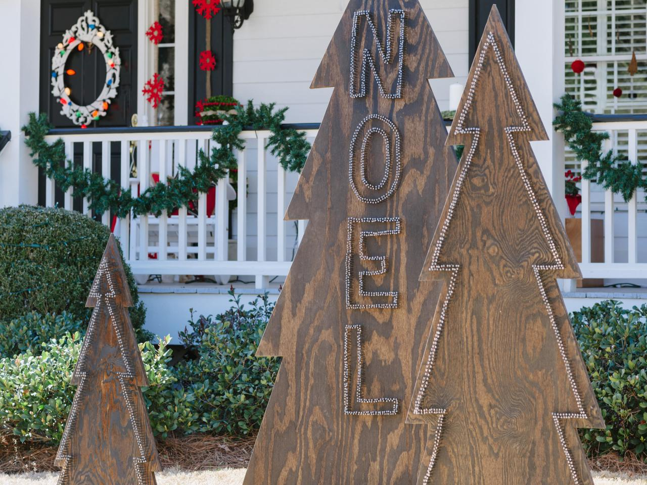 How to make rustic nail head christmas trees hgtv for Decor de noel exterieur