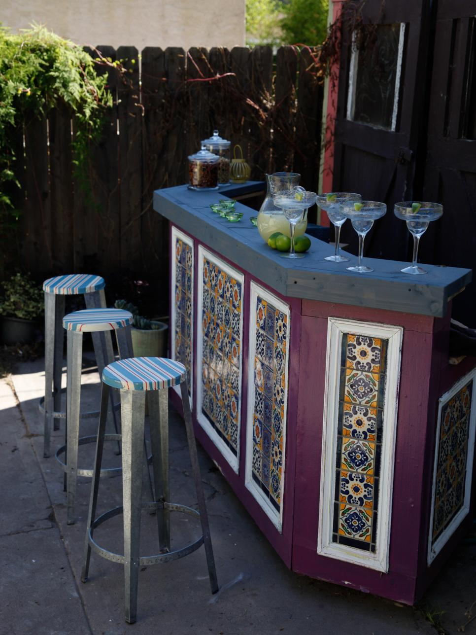 Outdoor bar ideas diy or buy an outdoor bar hgtv for Diy outdoor bar top