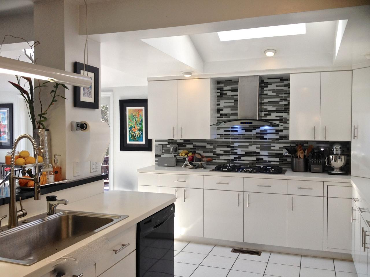 Photos hgtv - Black and white tile kitchen backsplash ...