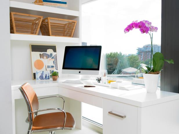 Sleek and Modern Home Office With Built-in Desk