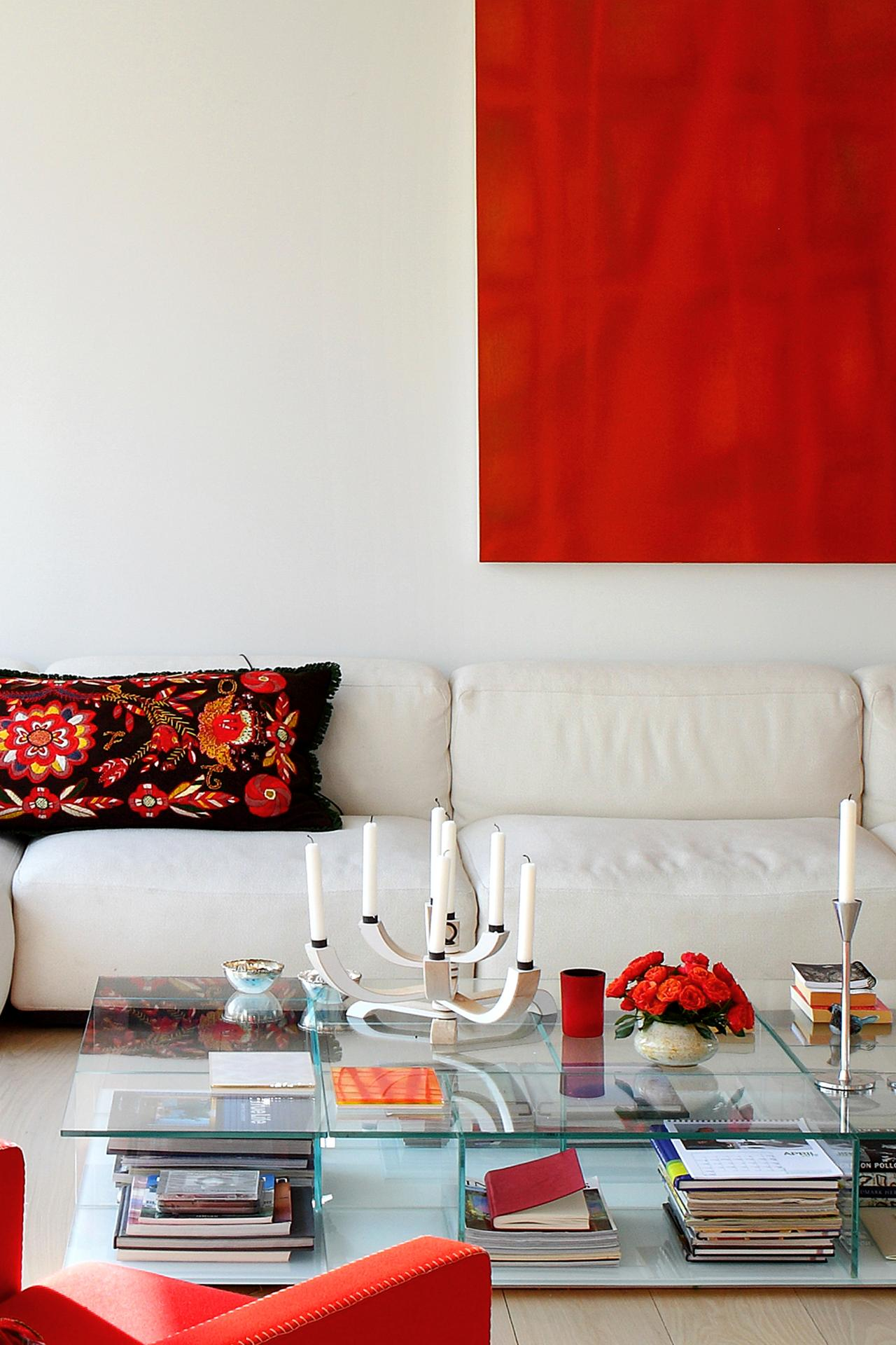 The colors you need at home based on your zodiac sign for Modern red decor