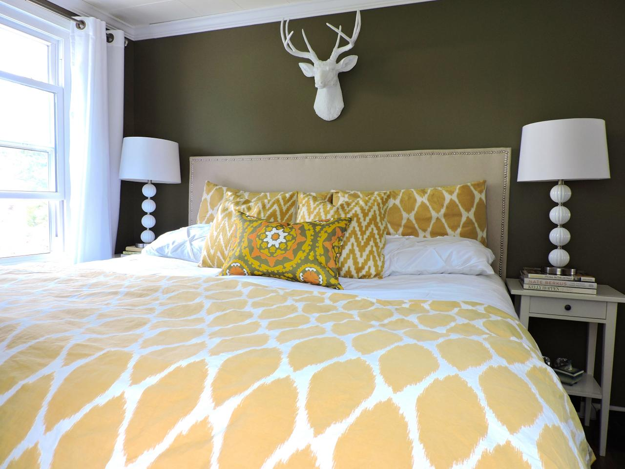 Photos hgtv Master bedroom with green walls