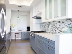 Sleek Midcentury Modern Kitchen With Two-Toned Cabinets