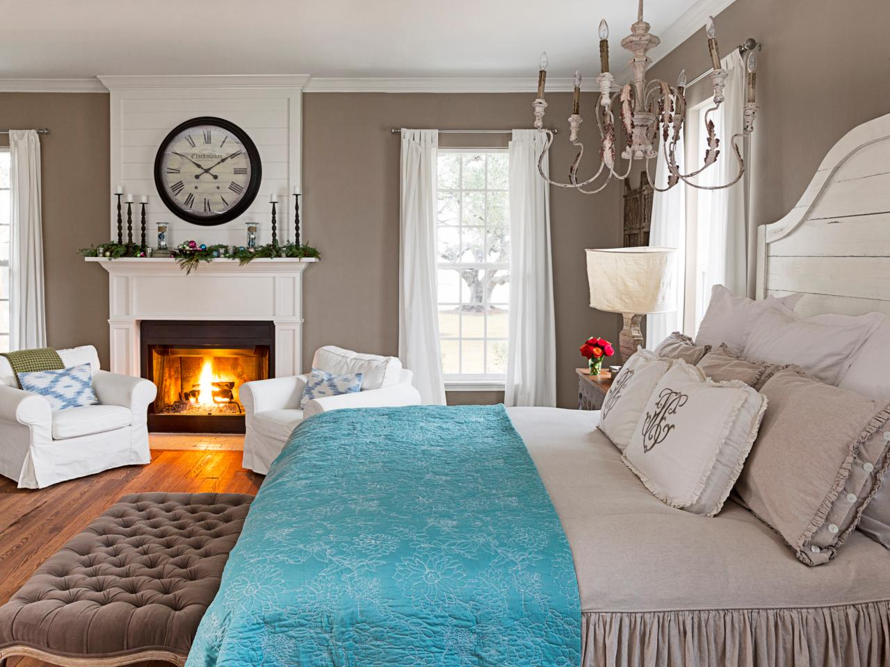 Fixer upper hosts chip and joanna gaines holiday house for Joanna gaines bedroom ideas