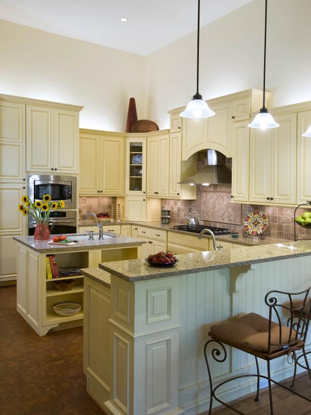 Off-White Cottage Kitchen with Island