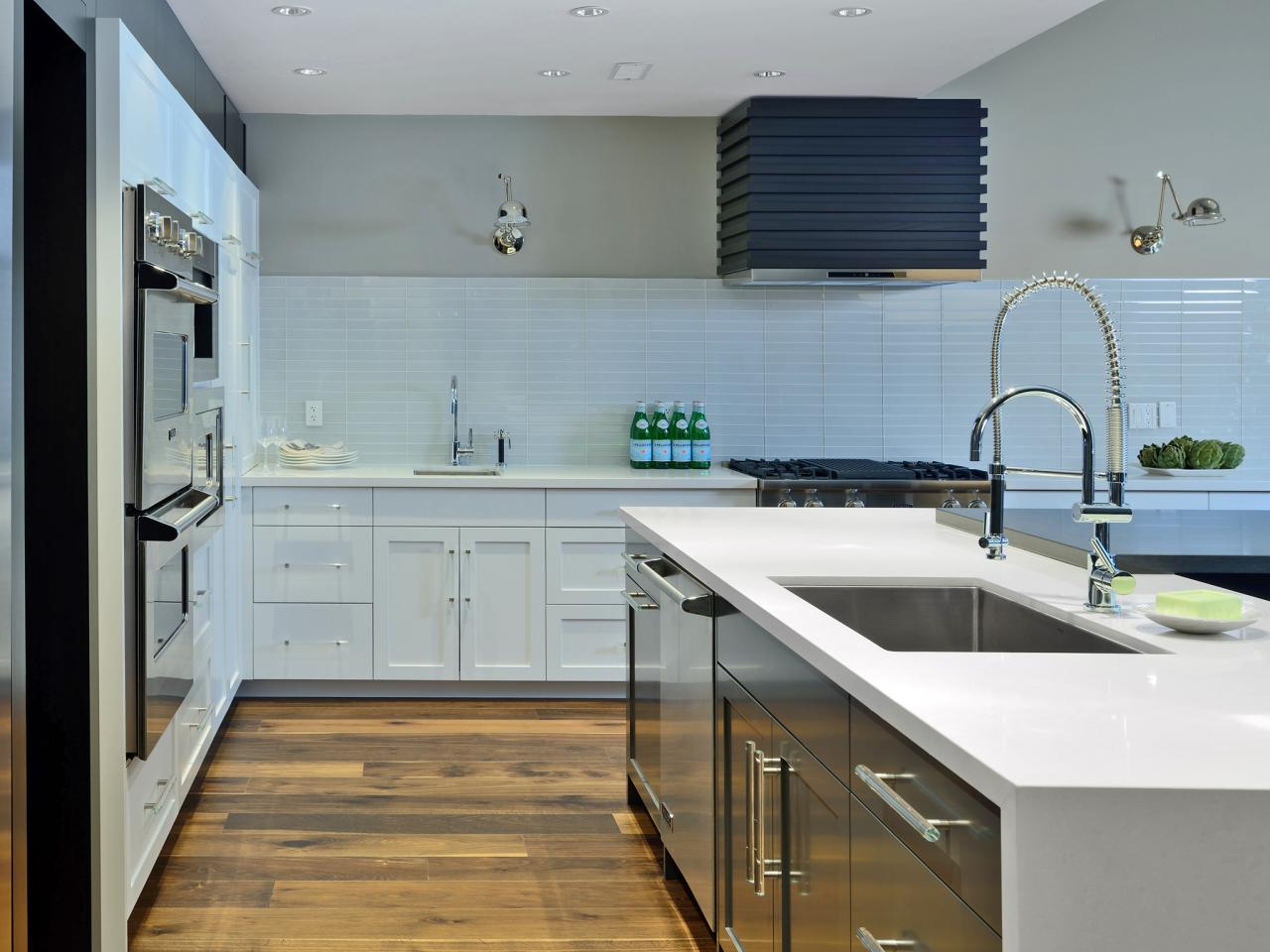 15 design ideas for kitchens without upper cabinets for Kitchen without tiles