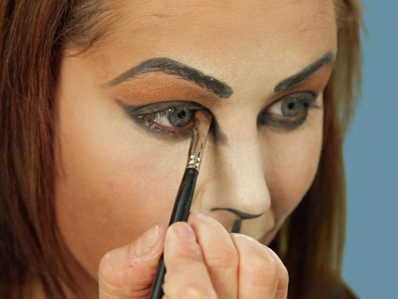 intensify the eye - Cat Eyes Makeup For Halloween