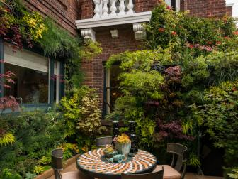 Courtyard Garden With Outdoor Dining