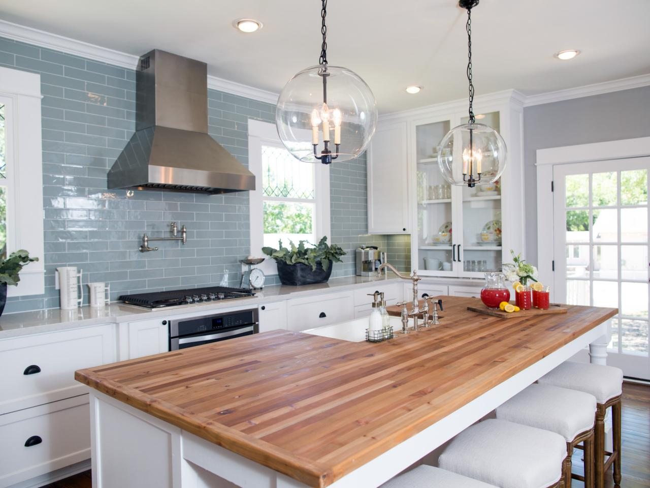 Before and after kitchen photos from hgtv 39 s fixer upper for Kitchen ideas joanna gaines
