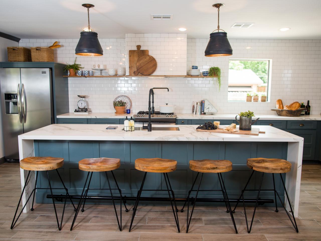 Large Kitchen Island Maximizes Space