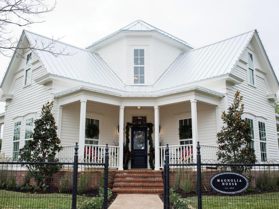 Magnolia Homes fixer upper: renovation and holiday decor at magnolia house bed