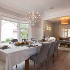 Dining Room that Blends Modern and Traditional Styles